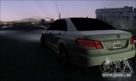Mercedes-Benz W212 AMG v2.0 pour GTA San Andreas sur la vue arrière gauche
