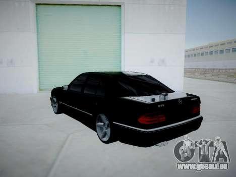 Mercedes-Benz E55 W210 pour GTA San Andreas sur la vue arrière gauche